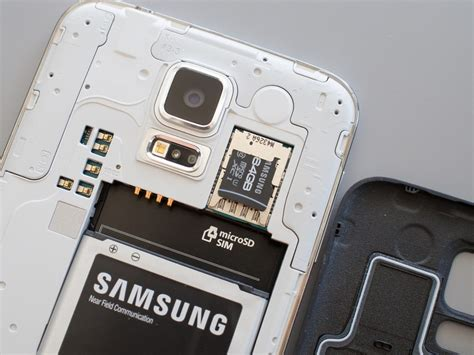 How to insert and replace the SD card on the Galaxy S5