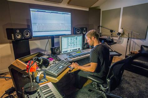Calvin Harris - know about this World Famous DJ here - ELMENS