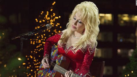 Dolly Parton dishes out Christmas spirit in NBC movie - CNN